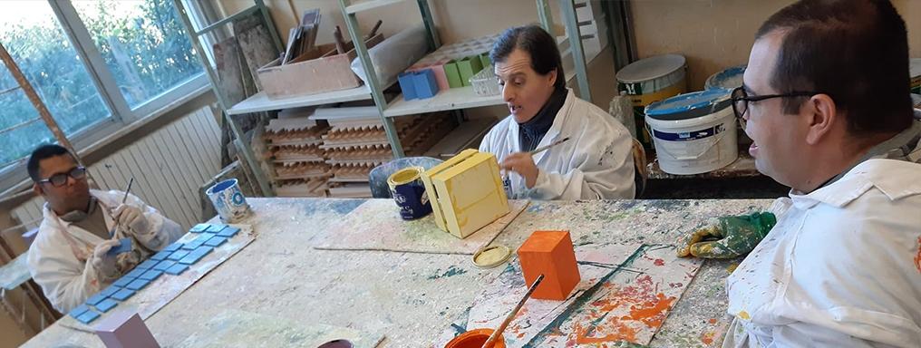 Ragazzi con disabilità dipingono oggetti